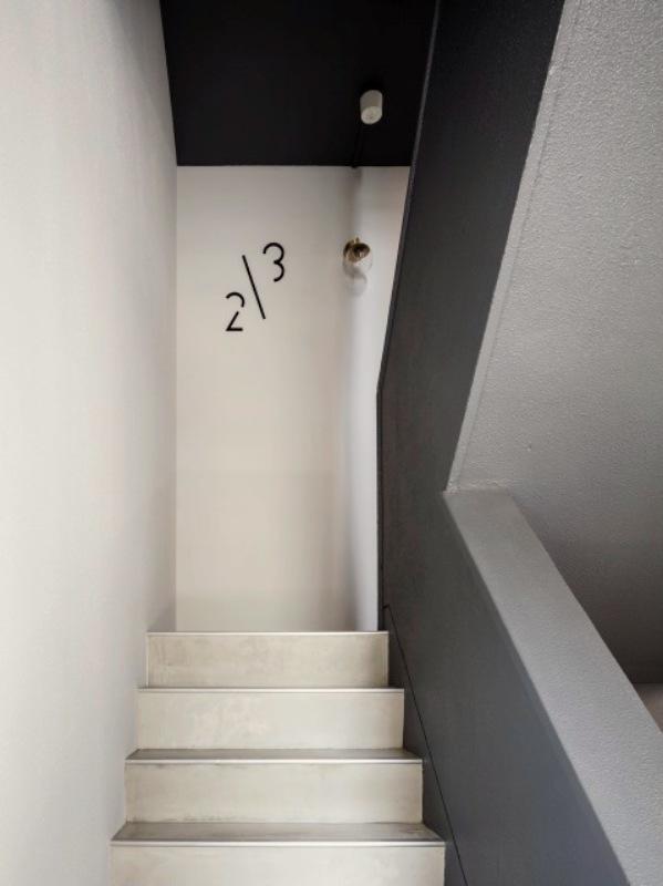 共用階段。5階の部屋は少し登ります。(撮影:©山内紀人)