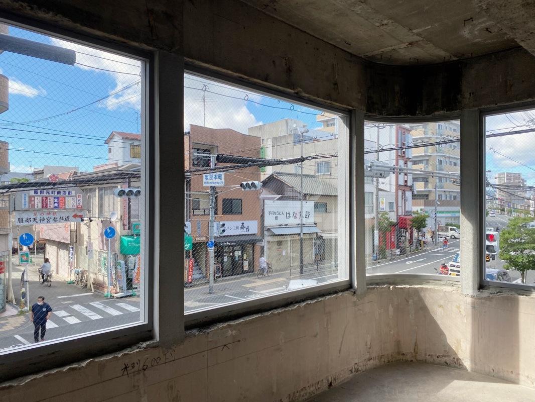 窓から見える街並み。大きな開口のため街との一体感を感じます。
