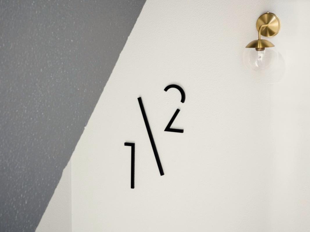 こだわり感じるサインが建物内の至る所に。(撮影:©山内紀人)