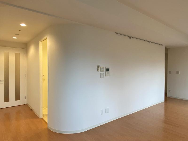 まるっとした白い壁が特徴の室内。