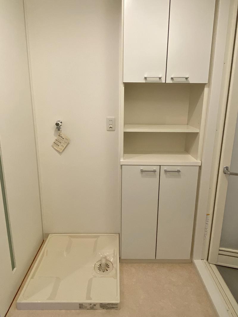 洗濯機置き場の横には収納棚。賃貸でタオル置き場まで考えてくれるなんて。