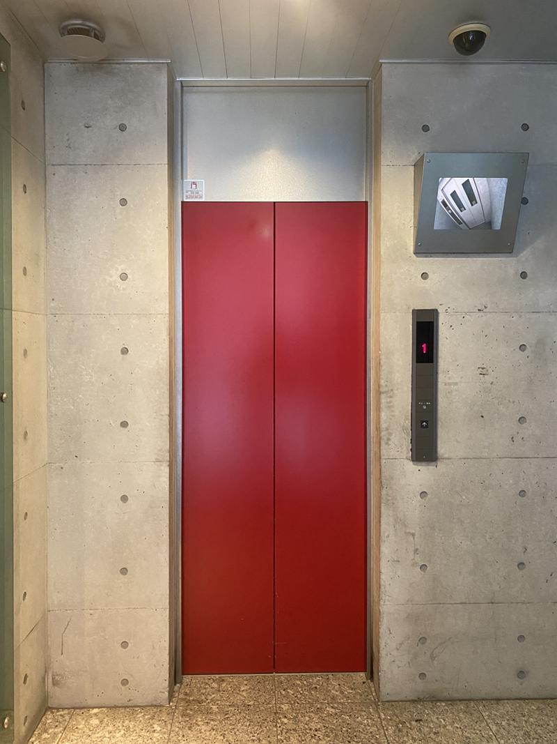 打放しのエレベーターホール
