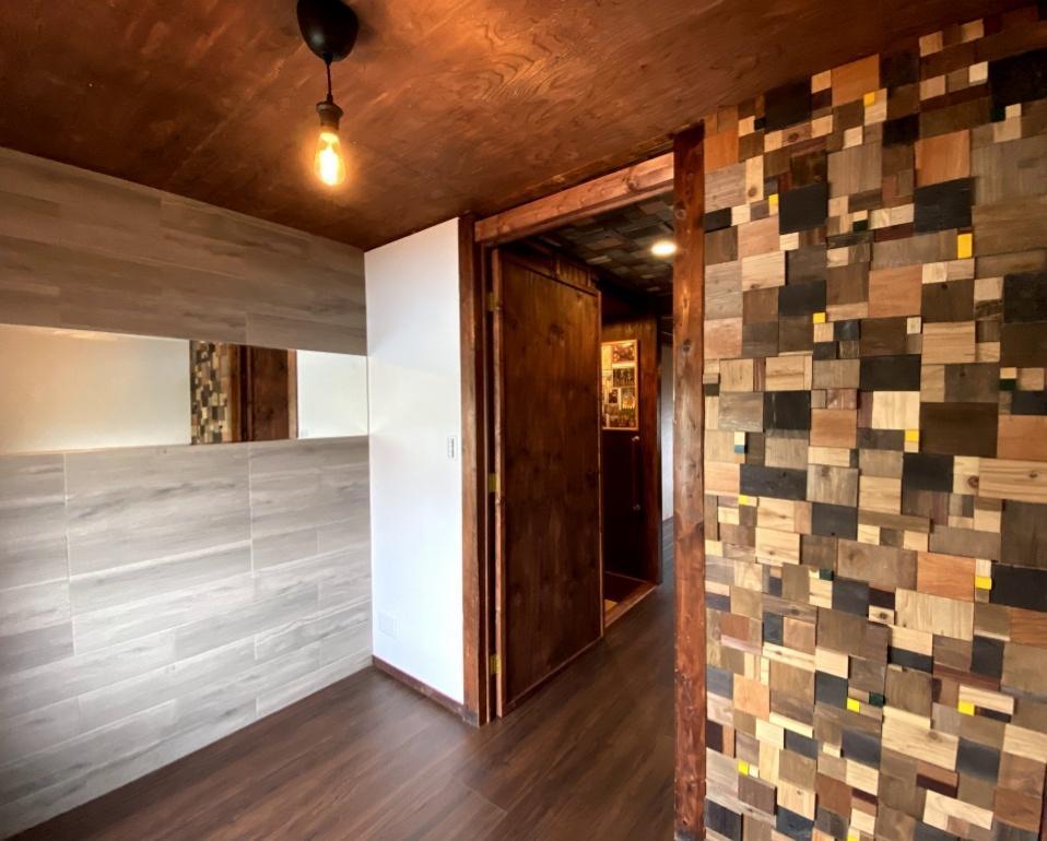 2階の洋室(東側)にも端材を組み合わせた壁を使用