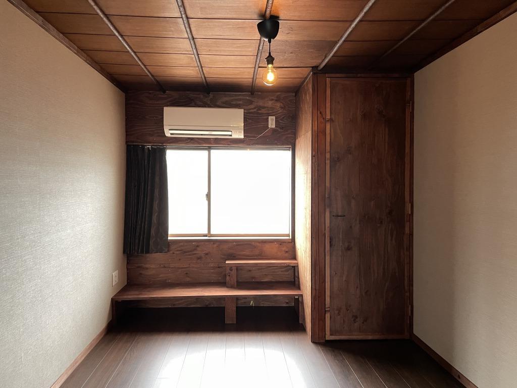 洋室の窓からバルコニーへ出ることができます