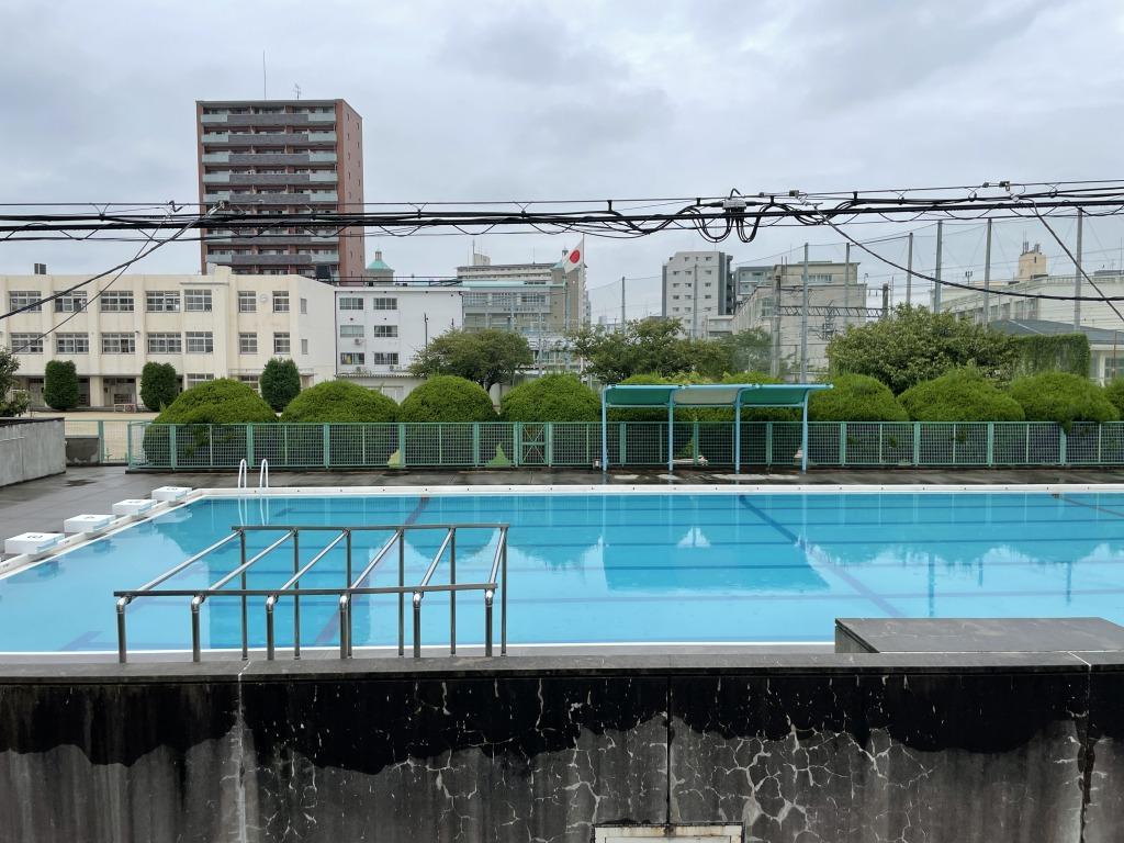 2階の窓をあけると目の前に小学校のプールが