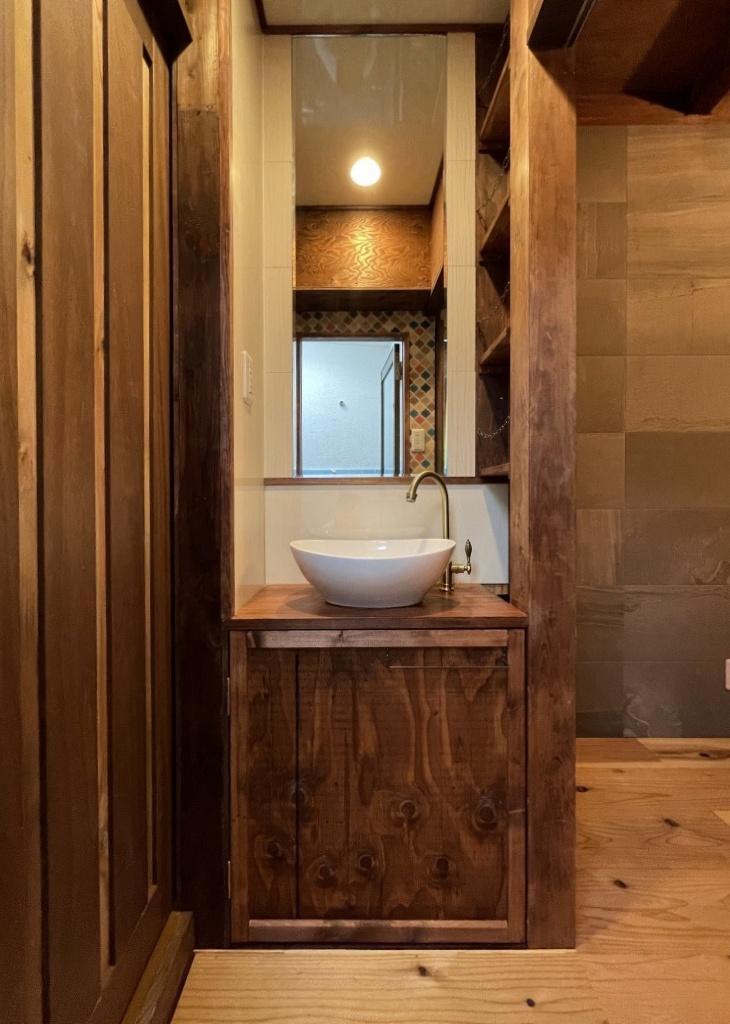 洗面は小さめ、鏡は大きめ