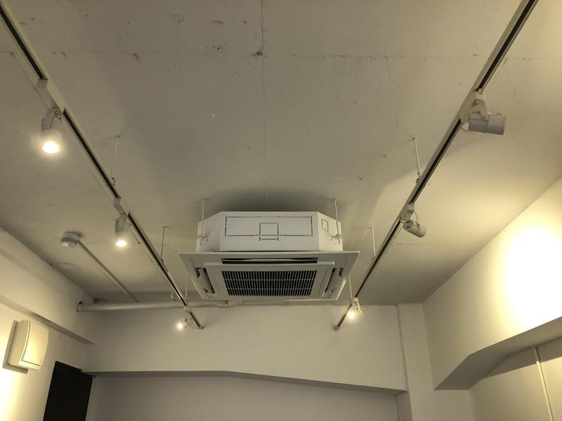 天井は張らずに塗装仕上げ、程よい荒々しさが残っています。