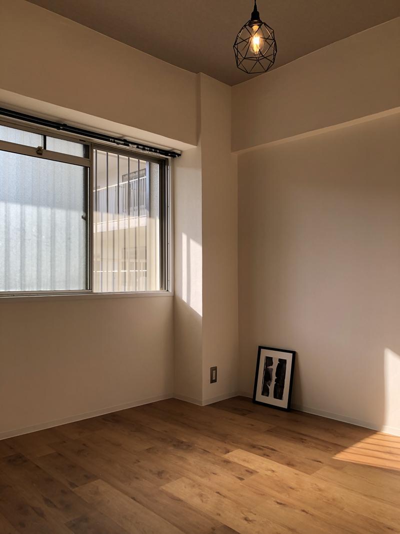 共用廊下側の洋室にも窓があって通風も良いです。