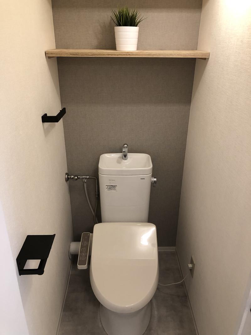 トイレは使い勝手に配慮した棚付き