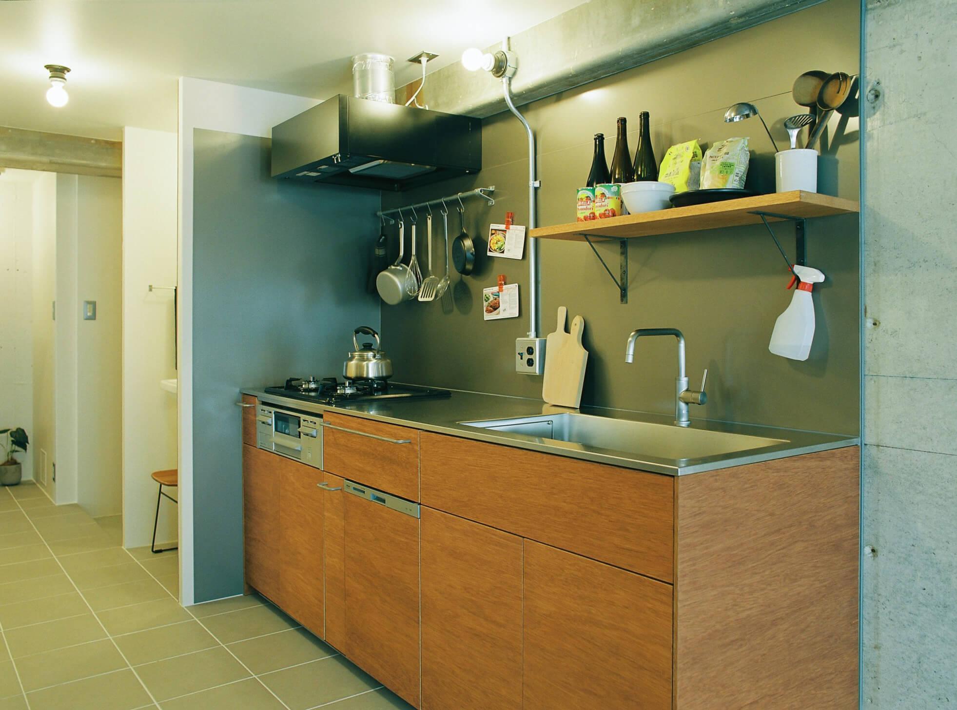 toolboxの食洗機付き木製システムキッチン。キッチンパネルはガルバリウム鋼板で造作。磁石がつきます。