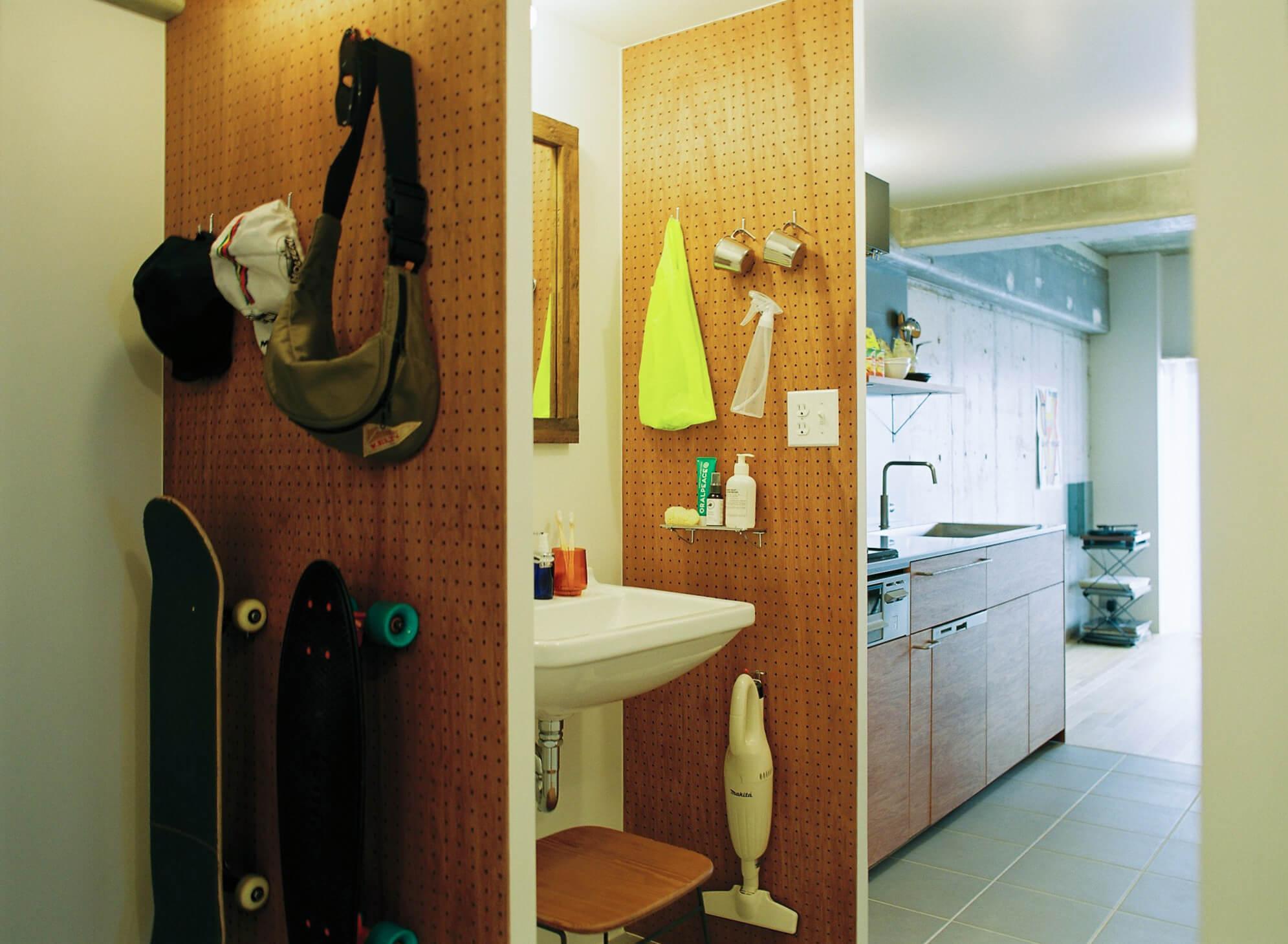 洗面は廊下に独立して計画。有孔ボードが収納を兼ねます。