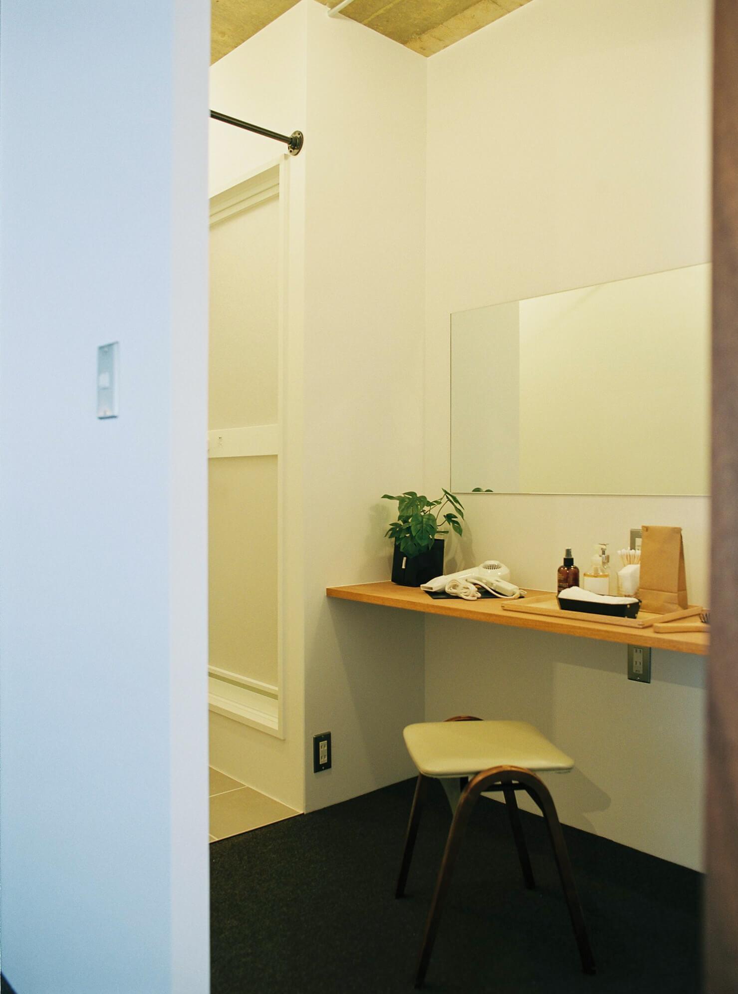 洋室に併設されたドレッシングルーム。その奥が脱衣スペースです。