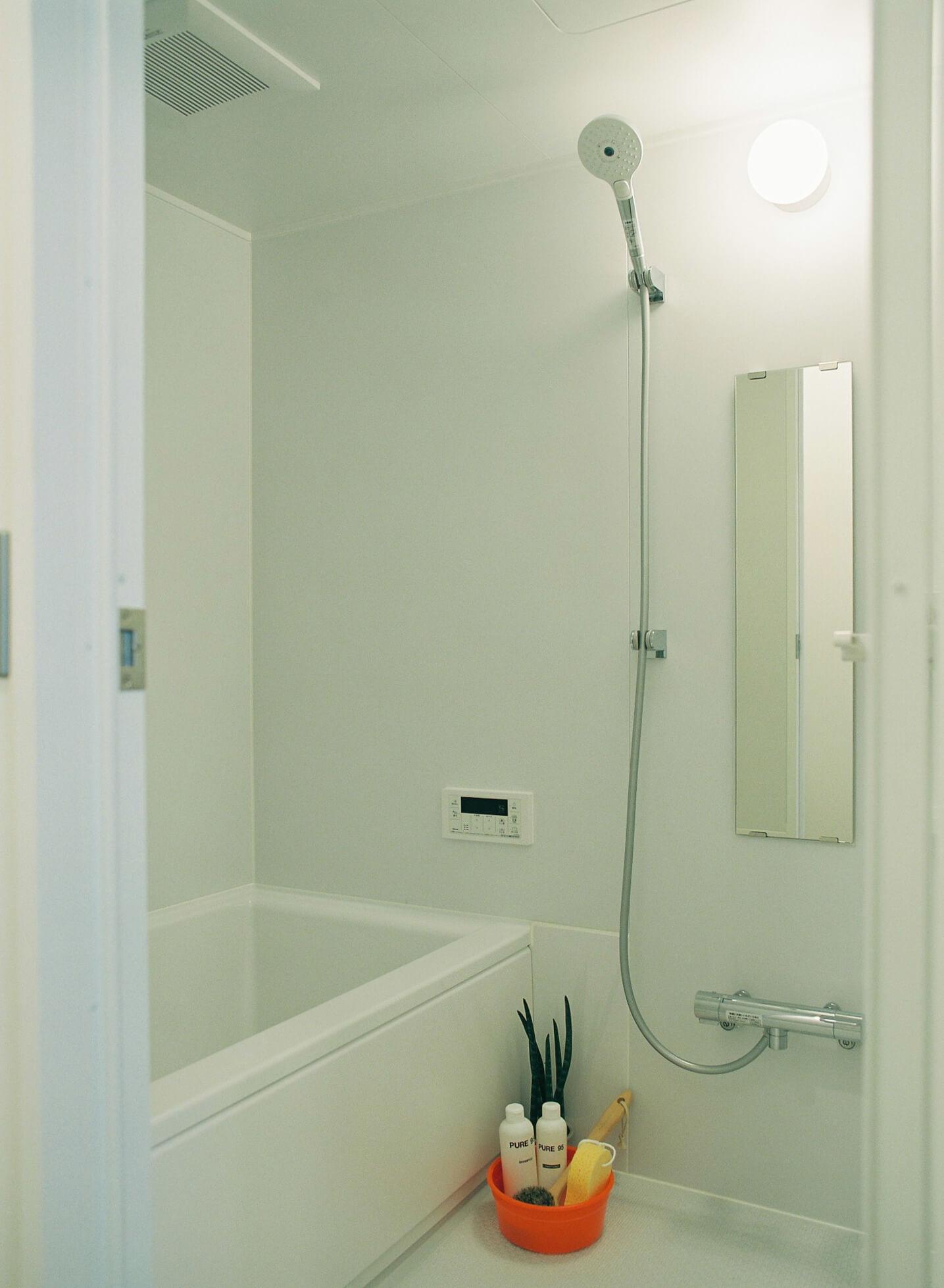シンプルな浴室が標準仕様。追焚機能付き。