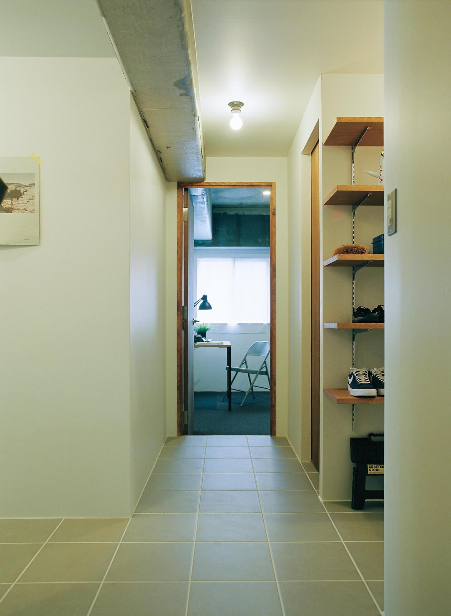 廊下と水廻りの床は磁器質タイル仕上げ。