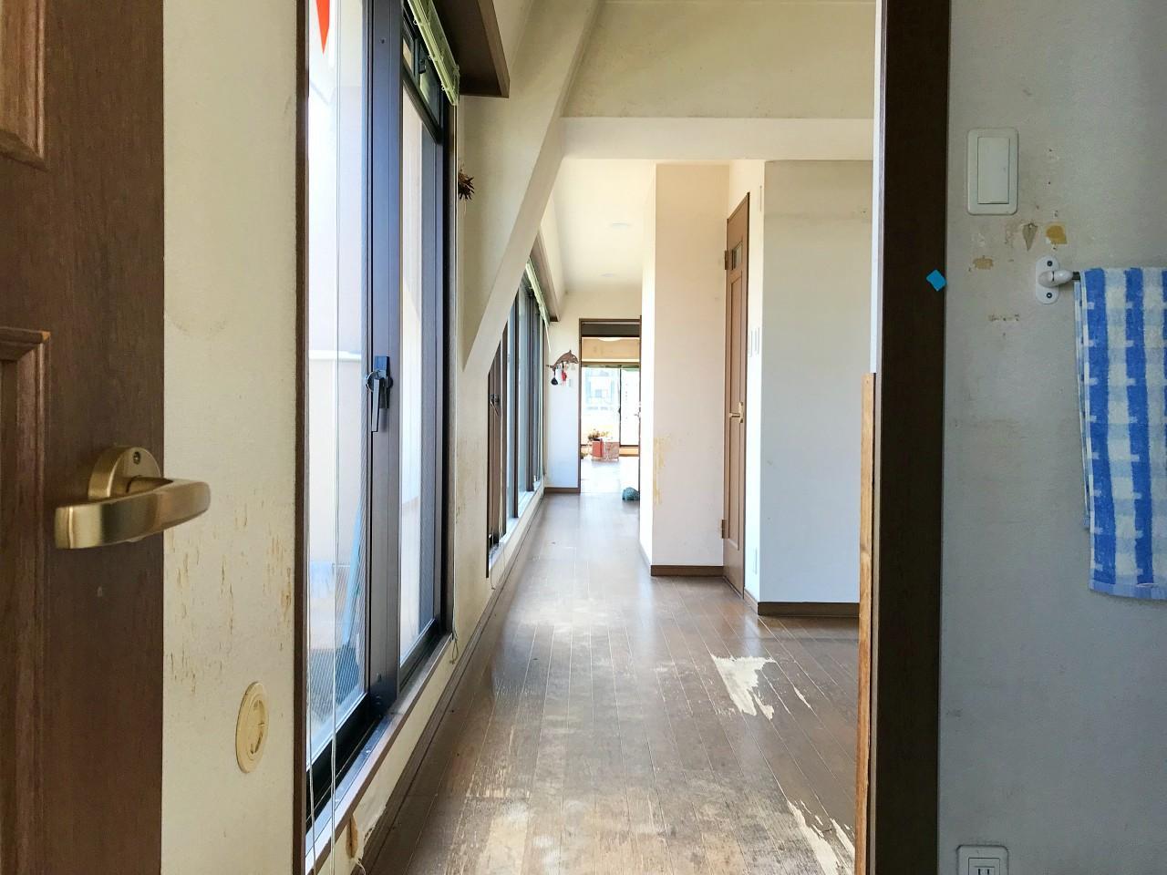 オフィス区画と生活空間を、長い廊下がつなぎます