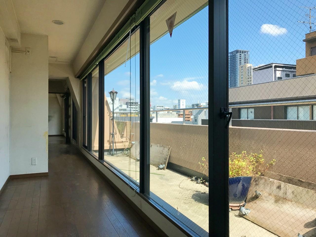 その廊下に寄り添う大きな窓