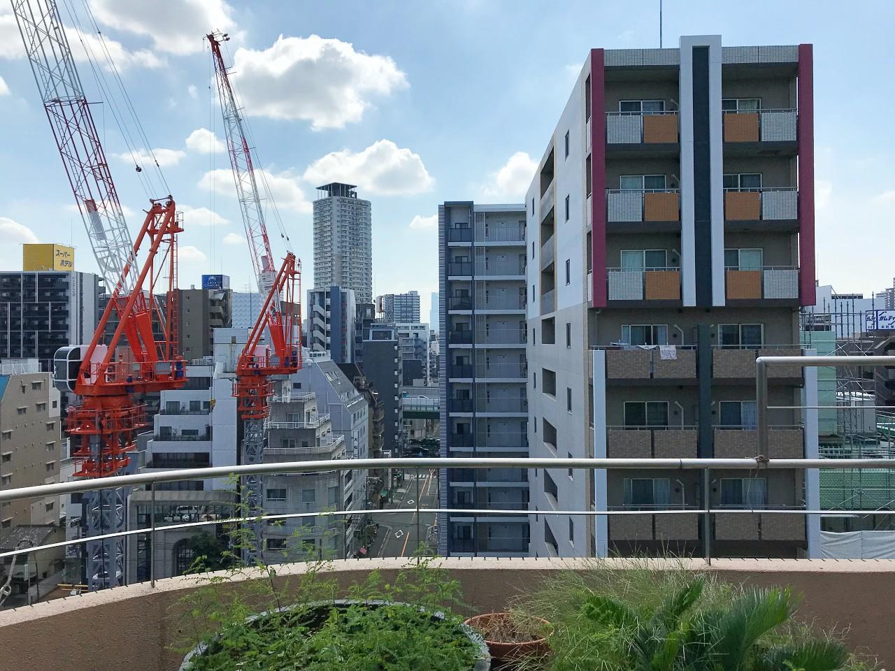 道路を挟んで斜め向かいには、25階建てのタワーマンションが建設中