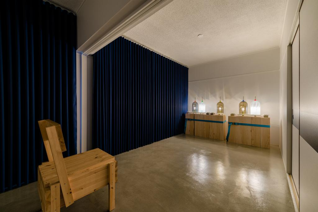 北側の個室。全ての床はモルタル仕上げでスタイリッシュに暮らせそう。※椅子は付帯設備ではありません