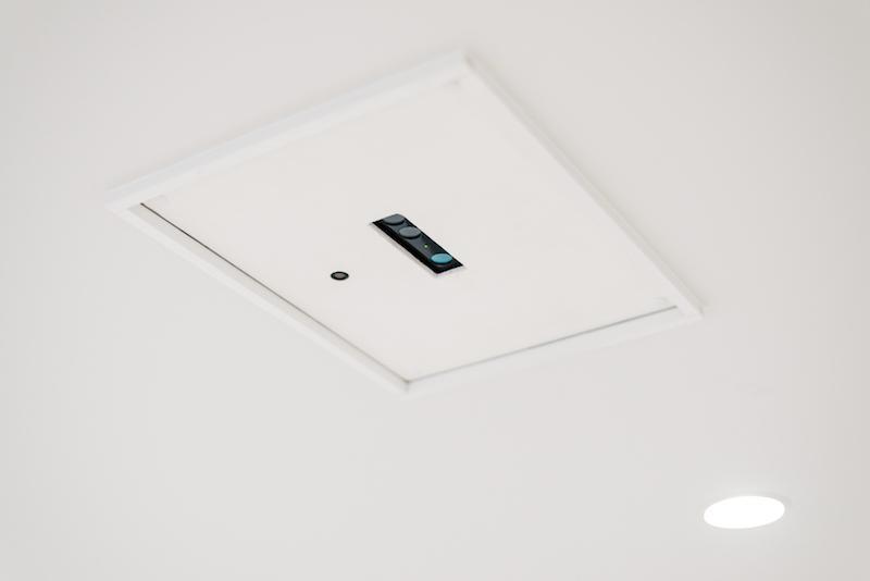 天井にはカメラが設置されています