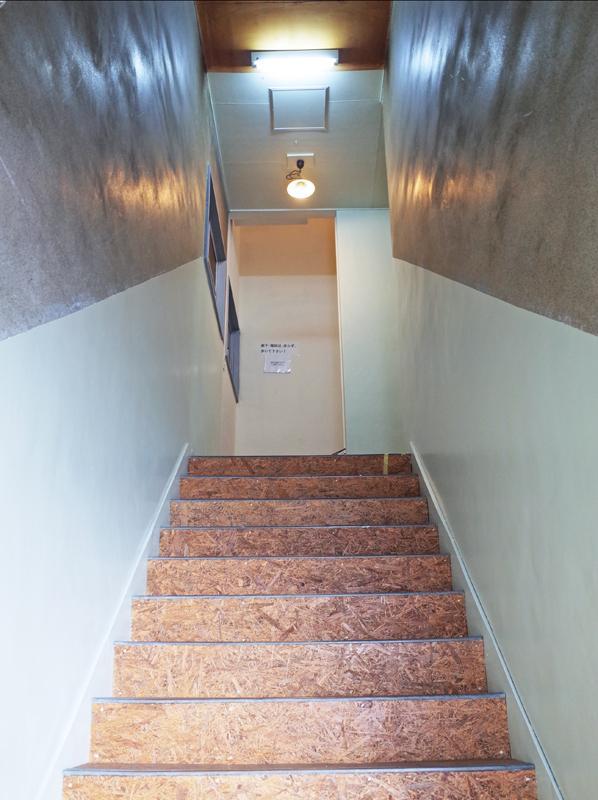 共用部の階段。急です。