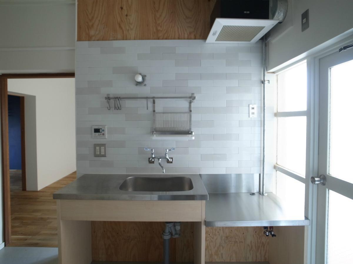 キッチンの壁面もタイルです