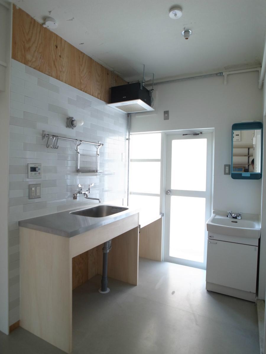 キッチンは窓際で明るいです
