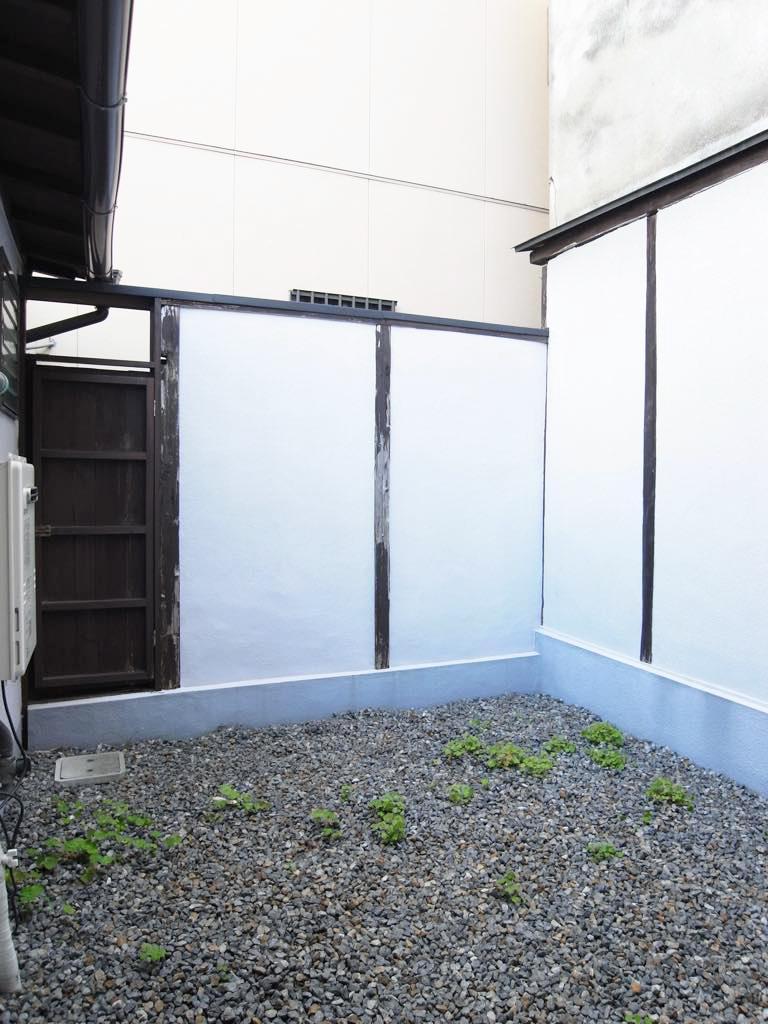 和室に面した坪庭。柴犬とかが似合いそう。