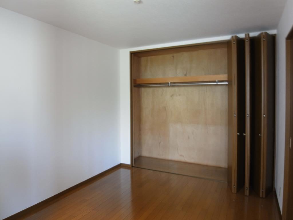 ダイニングキッチンの他に洋室と和室が1室ずつ。洋室には窓が無いので、DKと一体的に使うのが吉かと。