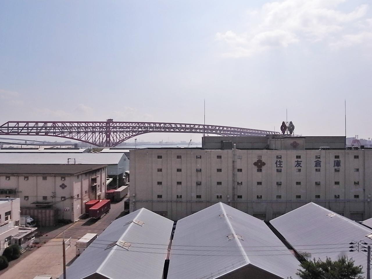 8階住戸から望む絶景。橋、海、倉庫。