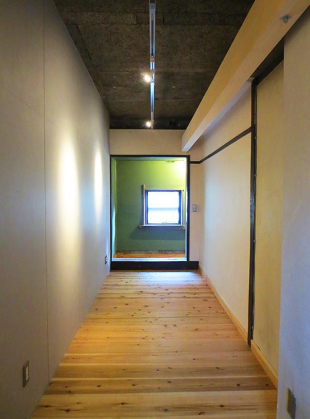 ワークスペースになる予感、奥行きのある板間空間