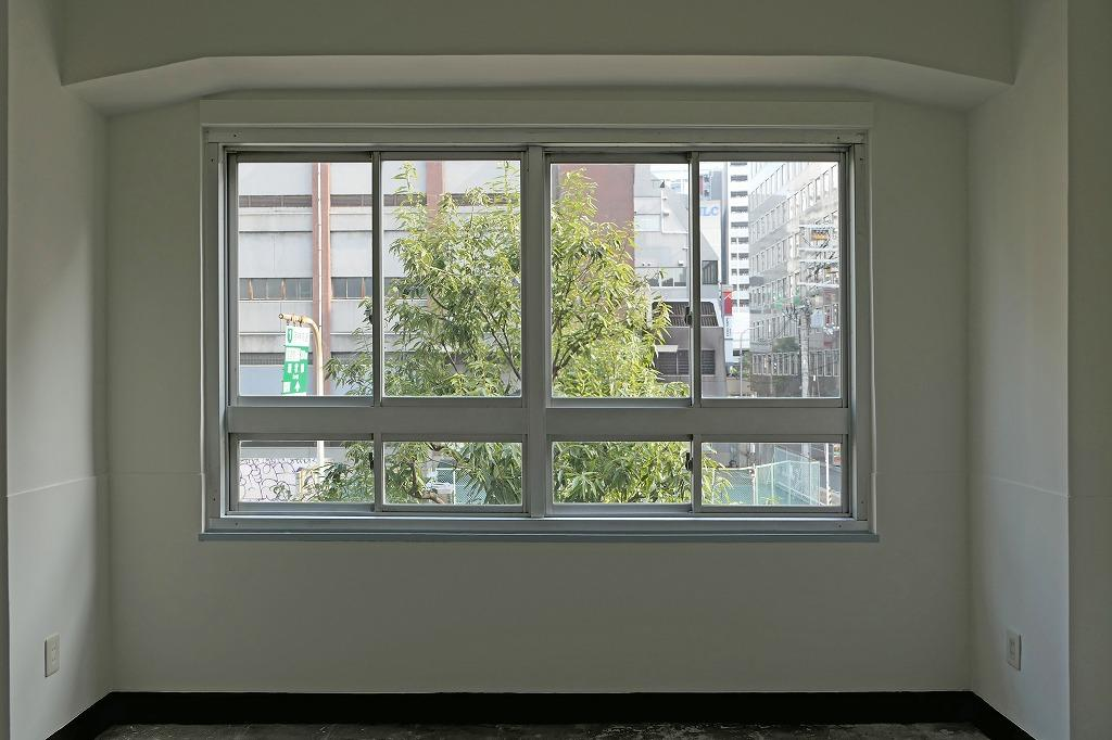 街路樹の緑と構造材の梁とハンチ。絵になる窓辺だなと思うのです。