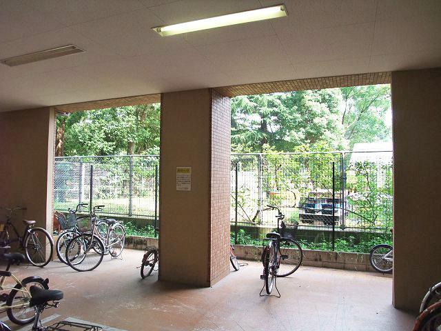 駐輪場も公園の雰囲気そのまま