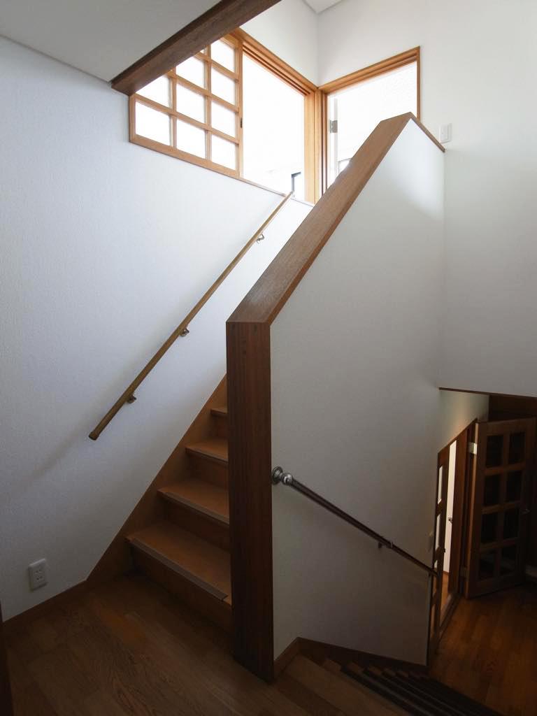 家のちょうど真ん中に配された階段。
