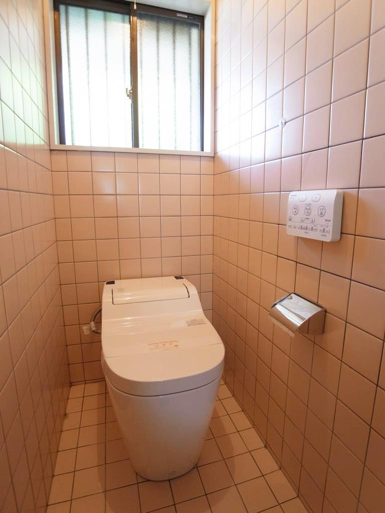 トイレもタイル貼り。