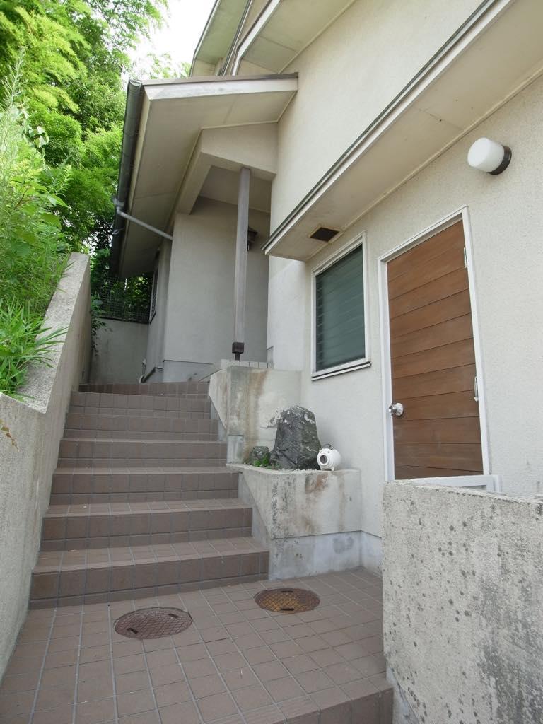 階段と扉の多いワクワクする家です。