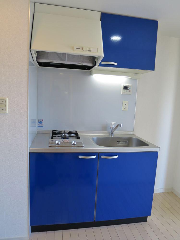 キッチンパネルが鮮やかなブルーの部屋もあります。