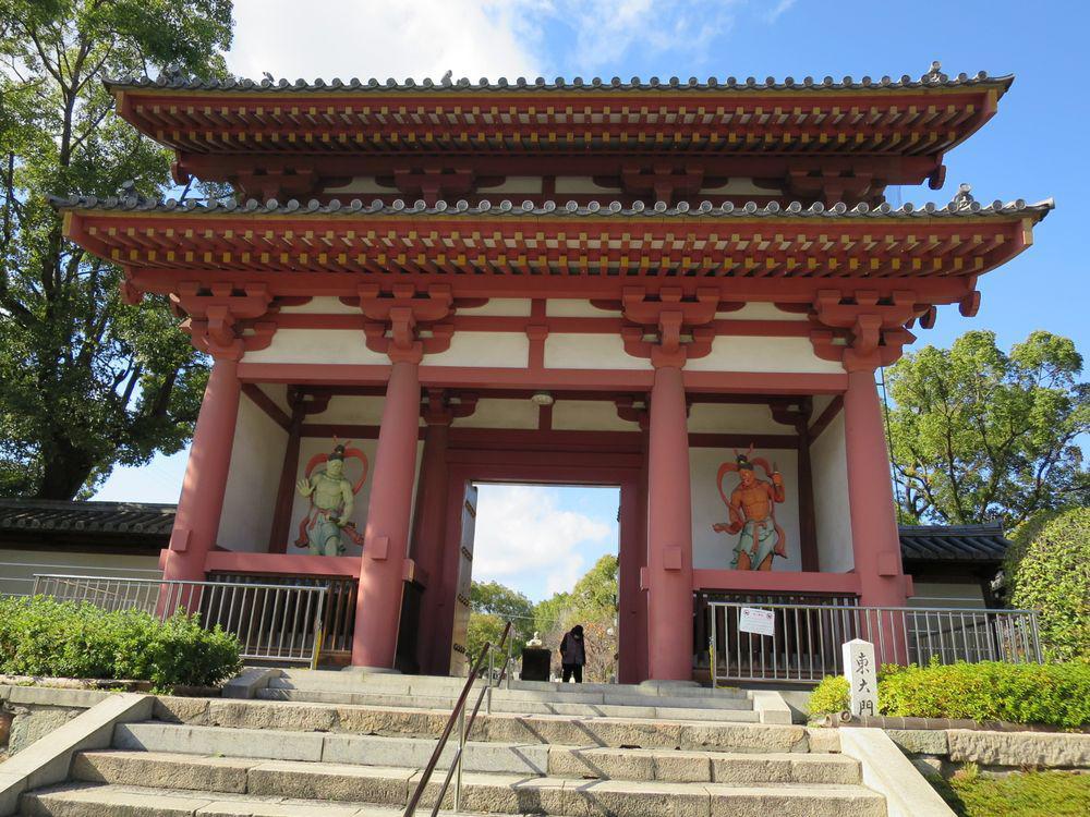 一番近い四天王寺への入口、東大門まですぐ!