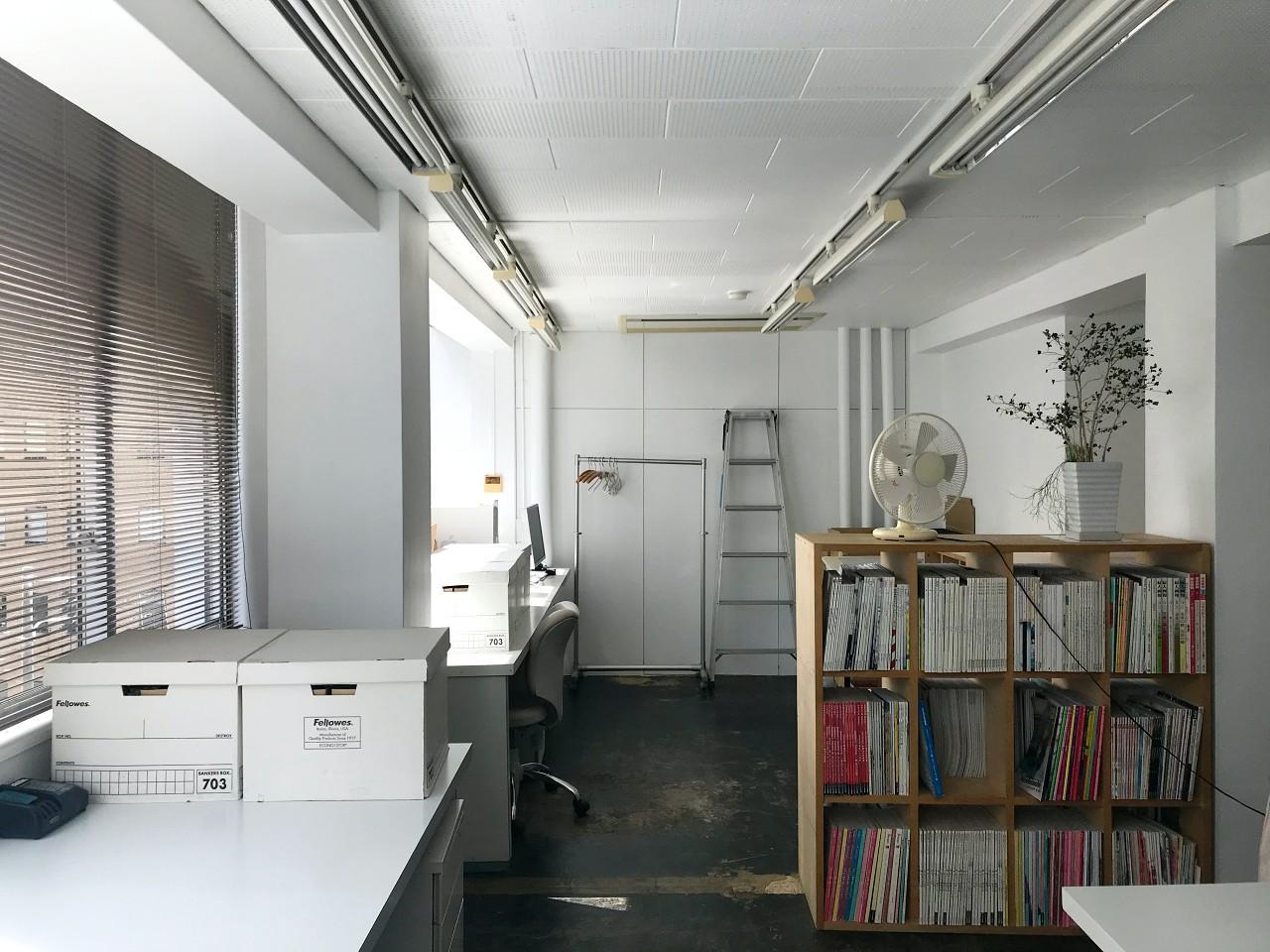 白にまとめられた、知的な雰囲気の空間