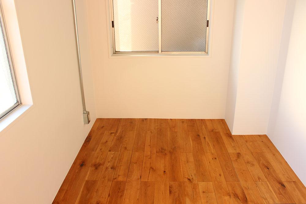 床は無垢材でぬくもりをプラス