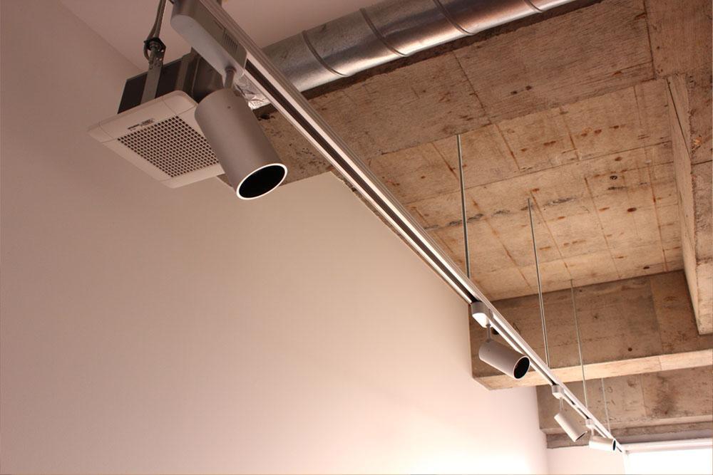 露出配管とダクトレールという鉄板仕様