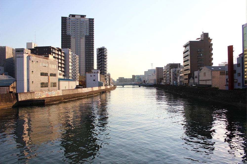 駅の途中には木津川の流れ