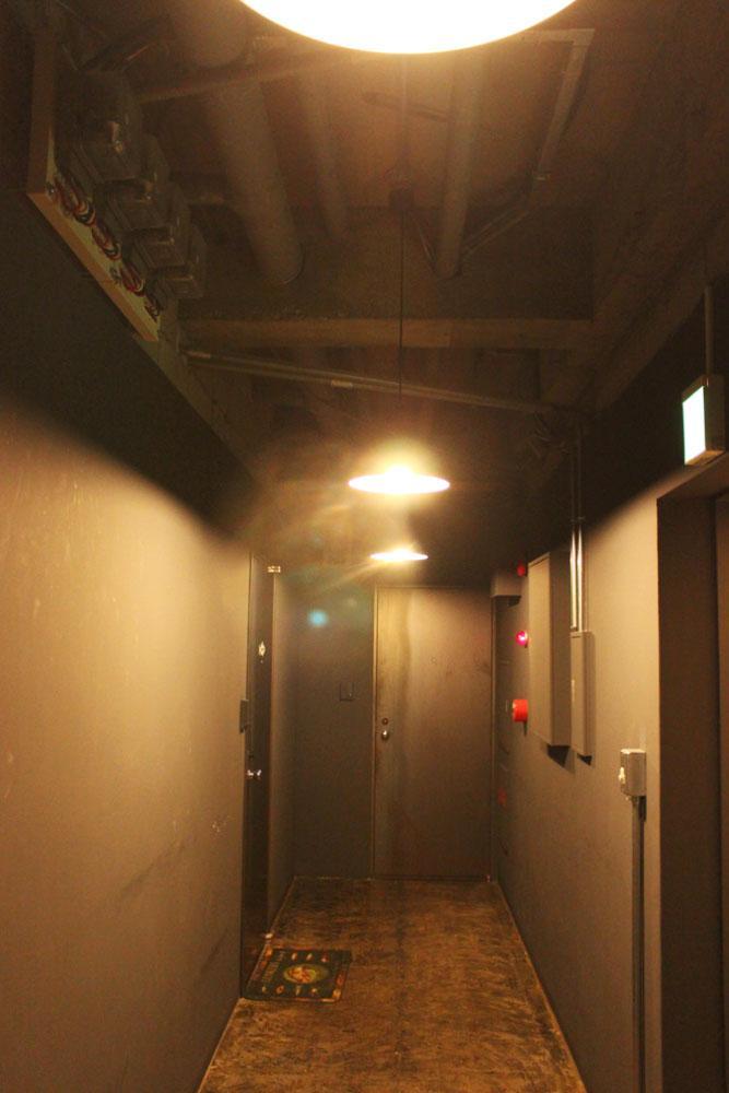 ダークな共用廊下