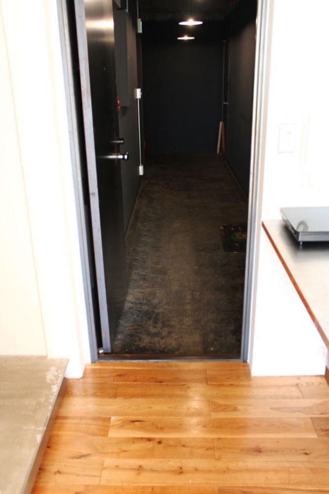 玄関外はすぐ共用廊下で事務所仕様