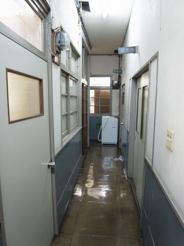狭くて暗い廊下を進みます。