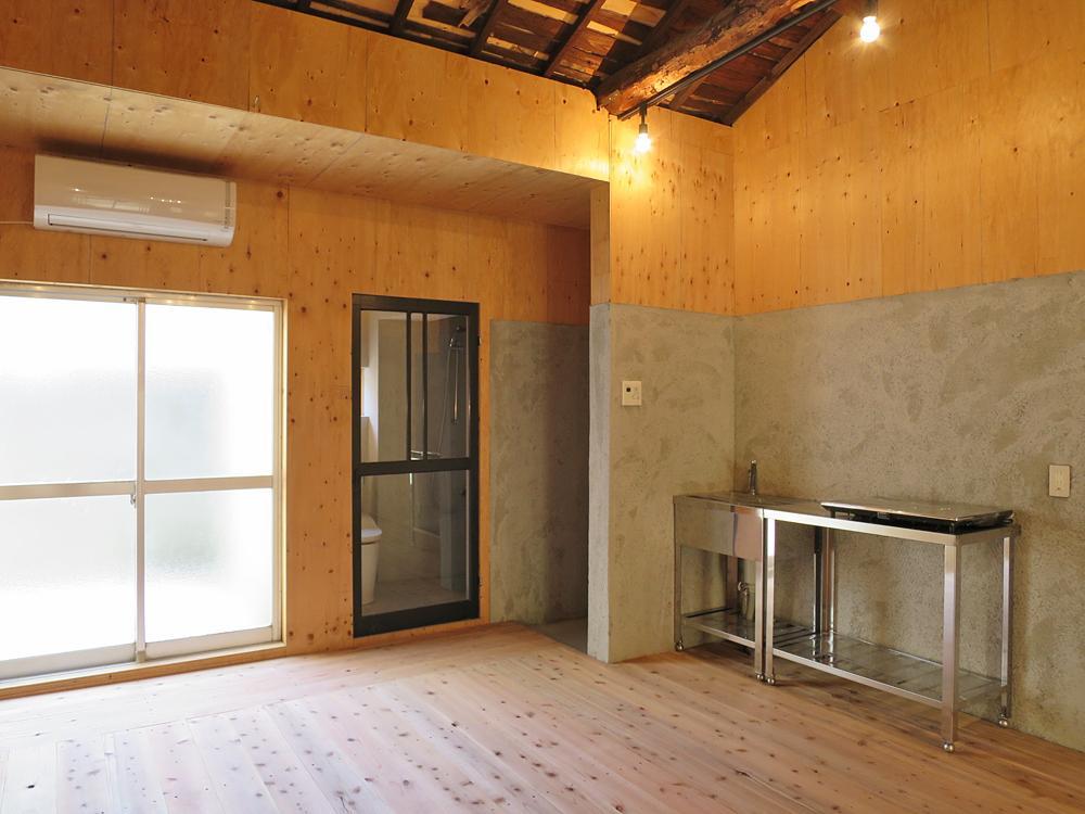 キッチンはシンクと台のみ(ガス、換気扇無)。左手の掃き出し窓を開けると…