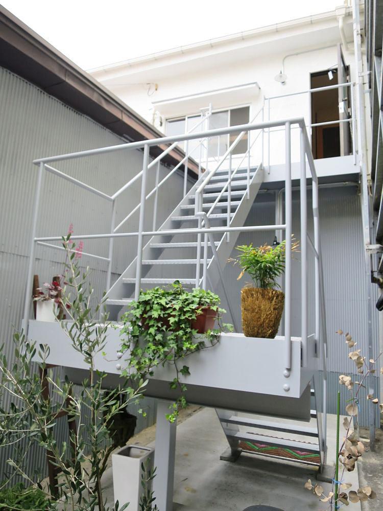 勝手口には2階専用の階段が設置されています。