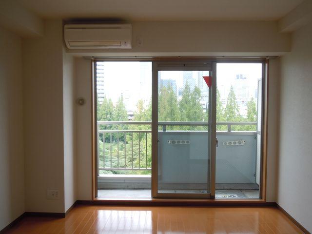 梁下いっぱいまで窓。公園ビューを最大限取込む設計
