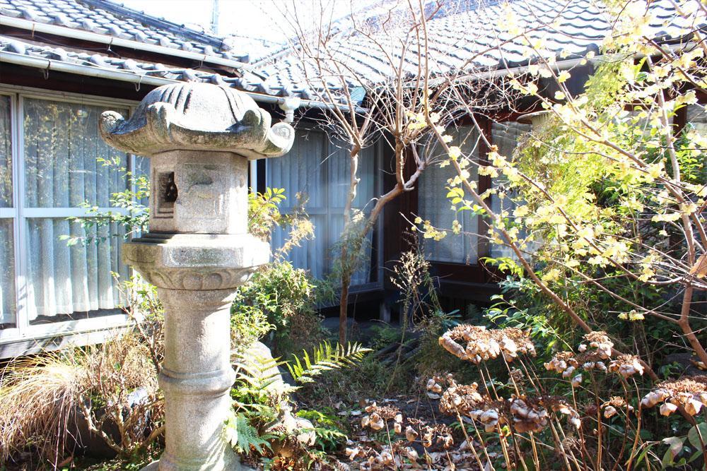 母屋と離れに囲まれた庭