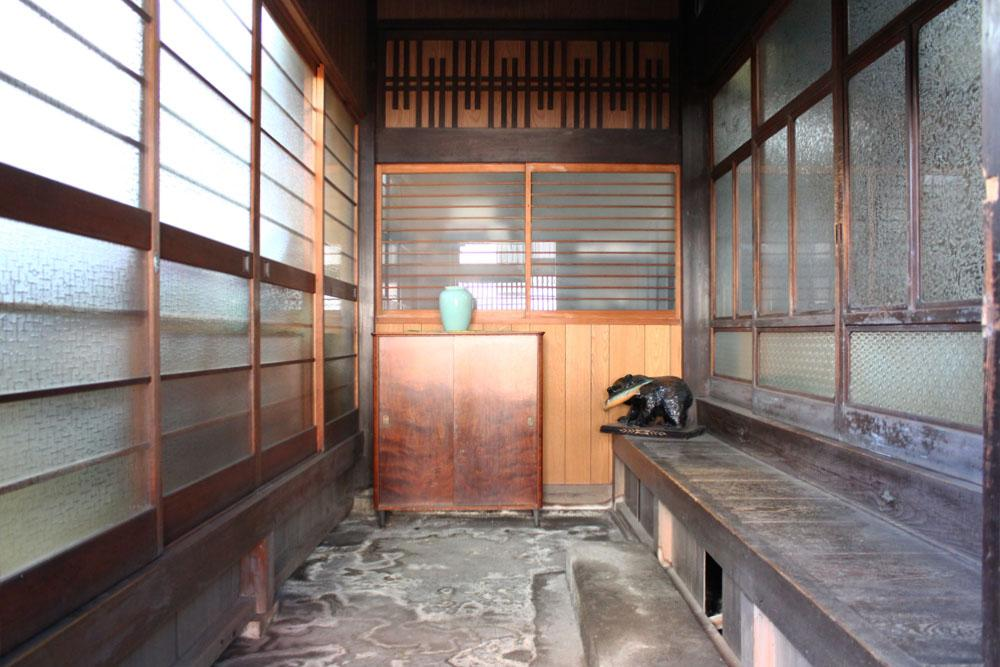 玄関土間。左には生花教室に使われていた洋室が