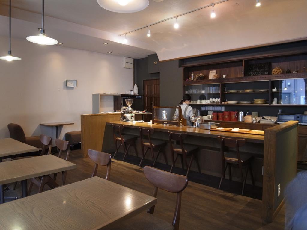 1階の純喫茶が街に彩りを添えています。